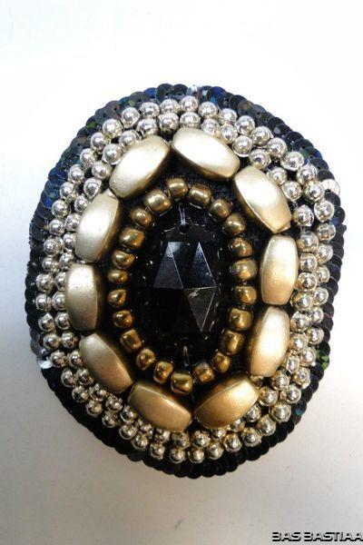 Applicatie met steen en kralen ovaal zwart goud