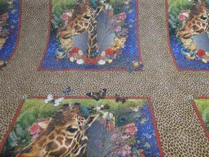 Decoratiestof giraf print met giraf in venster met bloemenkrans
