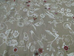 Decoratiestof linnen zand met witte vogelprint en gekleurde bloemen