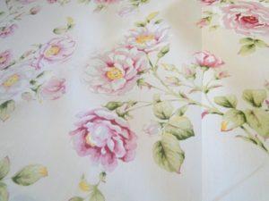 Gordijn en decoratie stof roombeige grote roos D0007