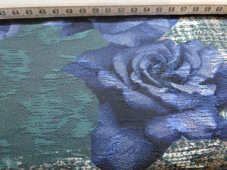donkergroen met bloem blauw rood