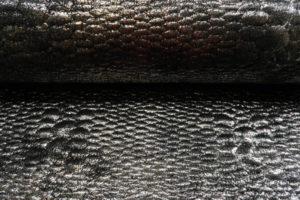 Scuba stof, relief slagenprint, foliedruk zilver
